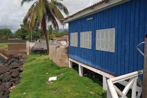 VEN114 Casa de madeira beira mar praia francesa sao tome a vender 008