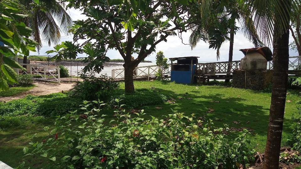 VEN114 Casa de madeira beira mar praia francesa sao tome a vender 036