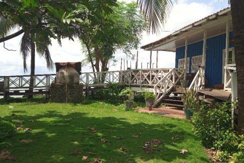 VEN114 Casa de madeira beira mar praia francesa sao tome a vender 037